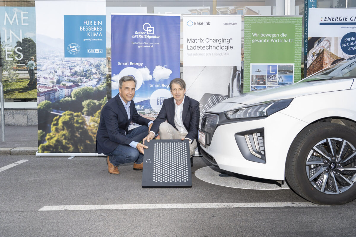 eTaxi Austria: Siegfried Nagl (Bürgermeister von Graz) and Robert Schmied (Grazer Energieagentur), Credits: Stadt Graz/Fischer, 14.09.2021