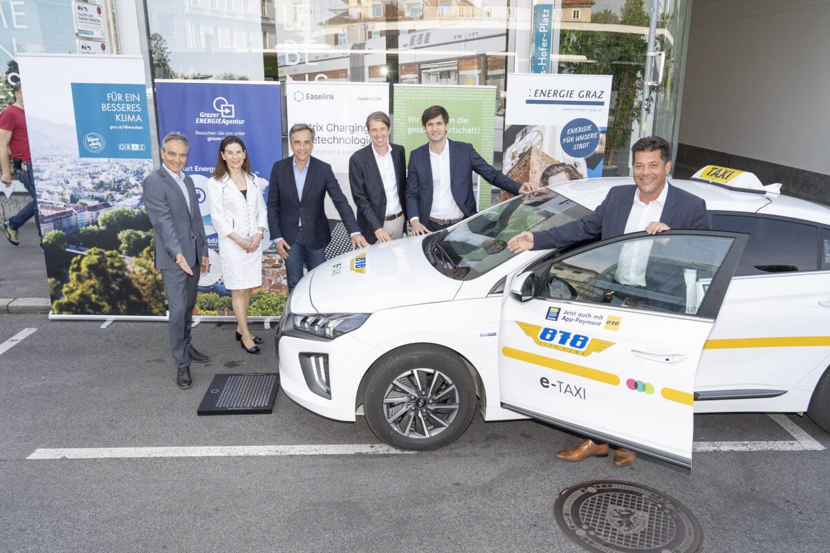 eTaxi Austria Projektpartner: Boris Papousek (Energie Graz), Sylvia Loibner (Taxi 878), Siegfried Nagl (Bürgermeister von Graz), Robert Schmied, (Grazer Energieagentur), Hermann Stockinger (Easelink), Bertram Werle (Stadtbaudirektor), Credits: Stadt Graz/Fischer, 14.09.2021