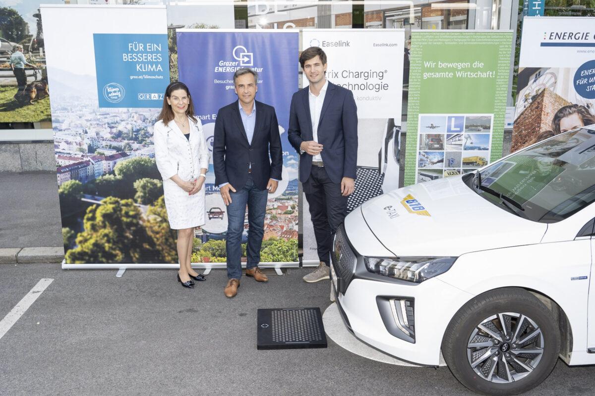 eTaxi Austria Projektpartner: Sylvia Loibner (Taxi 878), Siegfried Nagl (Bürgermeister von Graz) and Hermann Stockinger (Easelink), Credits: Stadt Graz/Fischer, 14.09.2021